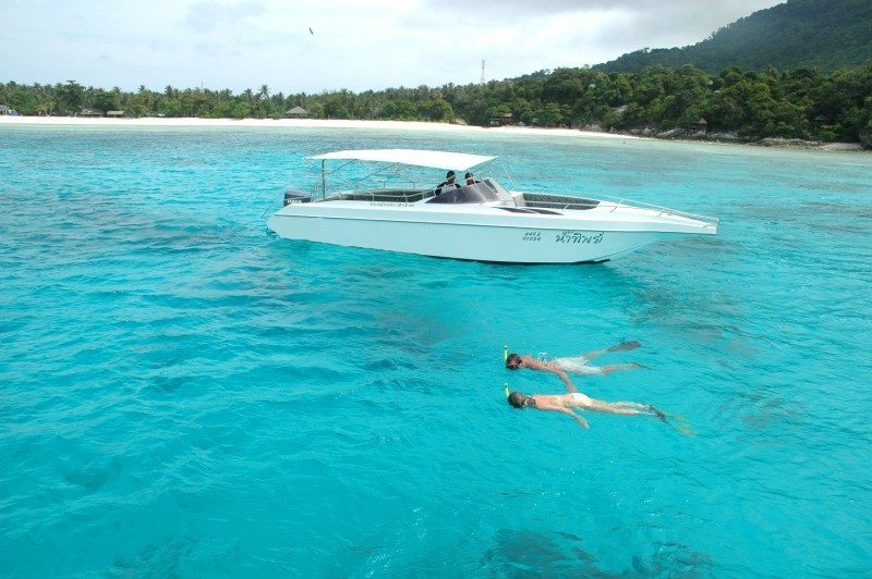 snorkelers-boats-safety